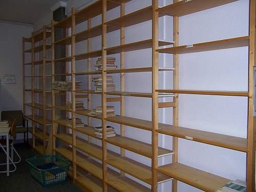 Schulbibliotheksumzug leere Regale